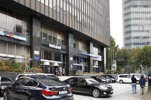 KDB산업은행(구 삼일로빌딩) 외부 정문1