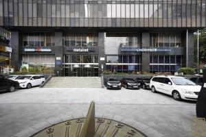 KDB산업은행(구 삼일로빌딩) 외부 정문2