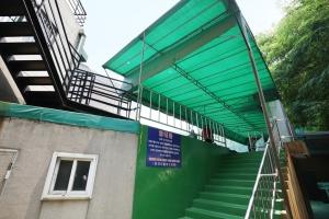 장충리틀야구장 관람석 계단