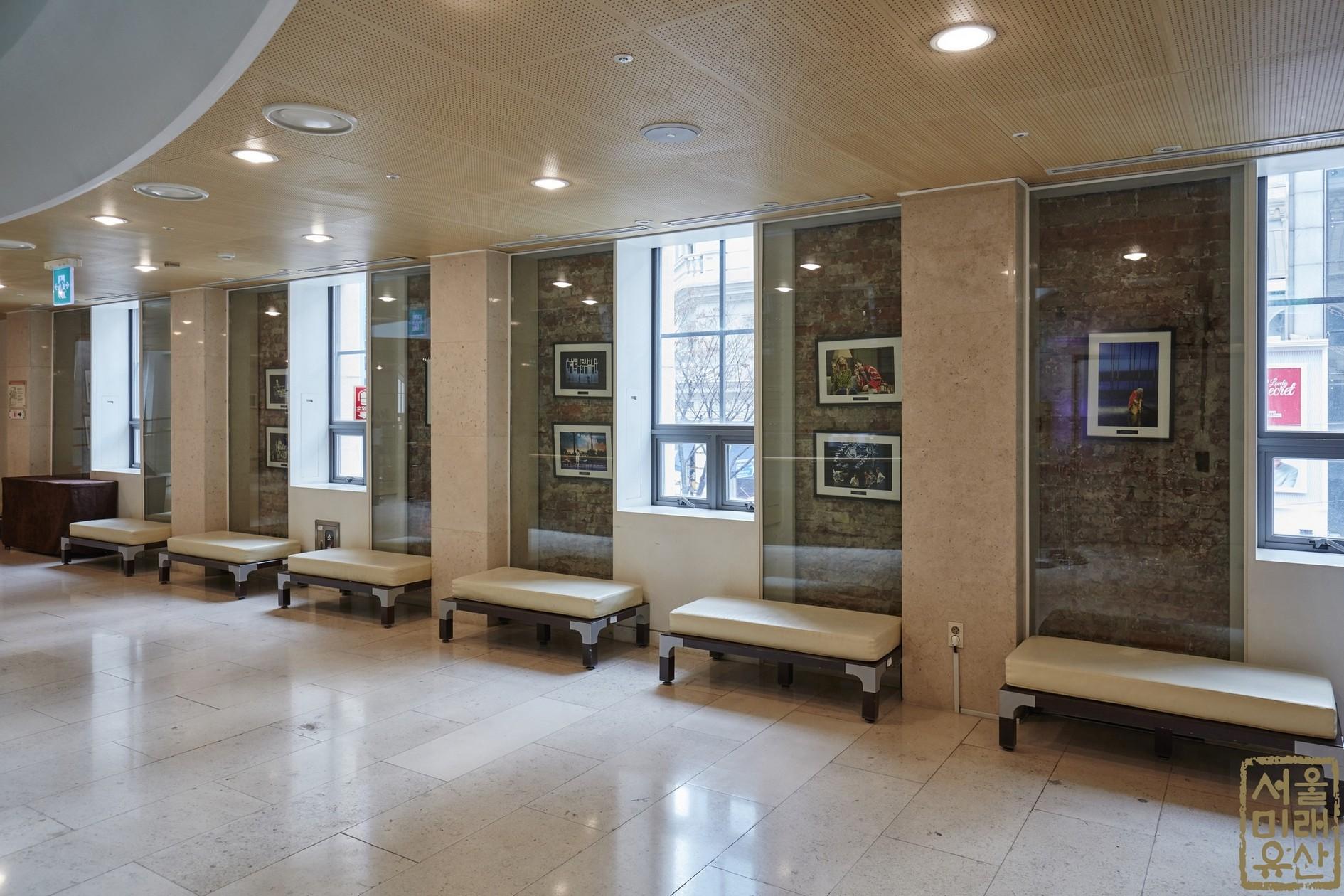 명동예술극장 내부 복도2